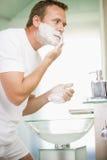 Uomo nella rasatura della stanza da bagno Immagini Stock Libere da Diritti
