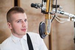 Uomo nella sala con il microfono Fotografia Stock