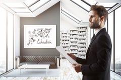 Uomo nella sala con lo schizzo di conoscenza Fotografie Stock