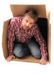 Uomo nella scatola di carta Immagine Stock