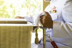 Uomo nella scrittura tailandese dell'uniforme di bianco del royale che prega per re Fotografie Stock Libere da Diritti