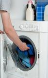 Uomo nella stanza di lavanderia Fotografie Stock