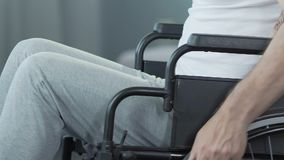 Uomo nella tornitura di nuovo alla macchina fotografica, amarezza inconsolabile della sedia a rotelle di circostanza stock footage