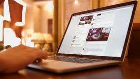 Uomo nelle notizie leggenti di BBC del caffè su Facebook stock footage