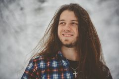 Uomo nelle passeggiate nel bosco di inverno fotografia stock libera da diritti