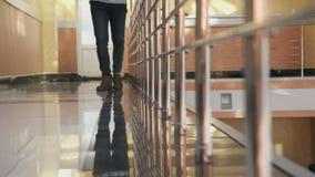 Uomo nelle passeggiate senza fretta dell'abbigliamento casual sul pavimento riflettente stock footage