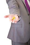 Uomo nelle pillole della holding del vestito isolate immagini stock libere da diritti