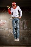 Uomo nello stile moderno sopra il muro di mattoni grigio Fotografia Stock Libera da Diritti