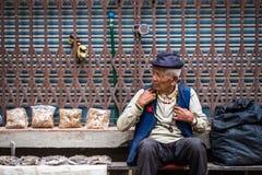 Uomo nepalese anziano sulla via di Kathmandu Immagini Stock