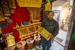 Uomo nepalese che lavora nella sua officina di legno Fotografia Stock Libera da Diritti