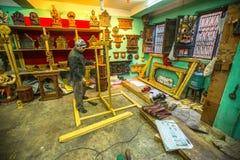 Uomo nepalese che lavora nella sua officina di legno Fotografie Stock Libere da Diritti
