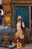 Uomo nepalese della noce di cocco, Kathmandu, Nepal fotografia stock libera da diritti