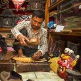 Uomo nepalese non identificato che lavora nella sua officina di legno Immagini Stock