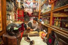 Uomo nepalese non identificato che lavora nella sua officina di legno Immagine Stock