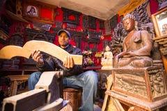 Uomo nepalese non identificato che lavora nella sua officina di legno Fotografie Stock Libere da Diritti