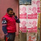 Uomo nepalese non identificato nel centro storico della città fotografia stock libera da diritti