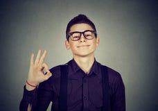Uomo nerd che mostra segno giusto immagine stock libera da diritti