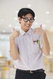 Uomo nerd con i vetri che danno i pollici su, esaminando macchina fotografica Immagine Stock Libera da Diritti