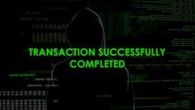 Uomo nero del cappuccio che fa transazione online, riciclaggio di denaro, frode finanziaria video d archivio