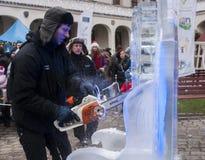 Uomo non identificato che crea materiale illustrativo dal blocco di ghiaccio Fotografia Stock