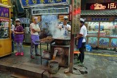 Uomo non identificato che cucina carne negli alimentari Fotografia Stock Libera da Diritti