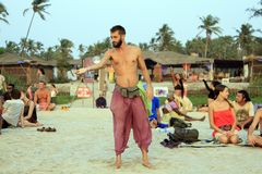 Uomo non identificato che manipola con la palla di vetro sulla spiaggia Fotografie Stock