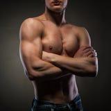 Uomo nudo muscolare sul nero Fotografia Stock