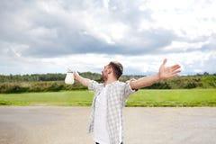 Uomo o agricoltore con la brocca di latte alla campagna Fotografia Stock Libera da Diritti