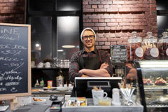 Uomo o barista felice del venditore al contatore del caffè Fotografia Stock