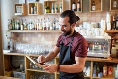 Uomo o cameriere felice con l'insegna della lavagna alla barra Fotografia Stock Libera da Diritti