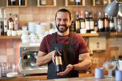 Uomo o cameriere felice con la bottiglia di vino rosso alla barra Immagini Stock