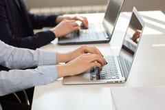 Uomo o ragioniere di affari che lavora al computer portatile con il documento di affari immagini stock libere da diritti