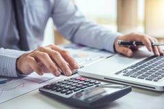 Uomo o ragioniere di affari che lavora investimento finanziario sul calcu fotografie stock