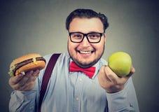 Uomo obeso allegro che sceglie dieta fotografie stock libere da diritti