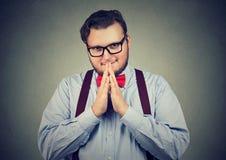 Uomo obeso sleale che posa alla macchina fotografica fotografie stock