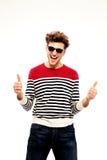 Uomo in occhiali da sole con i pollici su Immagini Stock