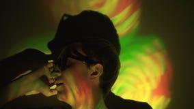 Uomo in occhiali da sole nel riflettore stock footage