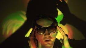 Uomo in occhiali da sole nel riflettore archivi video