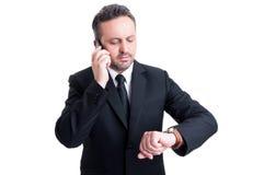 Uomo occupato di affari che controlla orologio fotografia stock libera da diritti