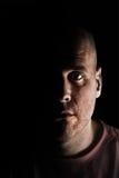 Uomo in ombra profonda Fotografia Stock Libera da Diritti