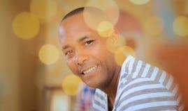 Uomo omosessuale felice del ritratto che esamina macchina fotografica Immagini Stock