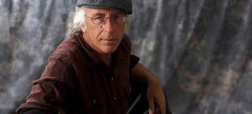 Uomo osservato blu con i vetri ed il cappuccio d'uso dei capelli grigi Fotografia Stock Libera da Diritti