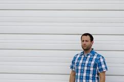 Uomo ottimista all'aperto con un fondo bianco Immagine Stock