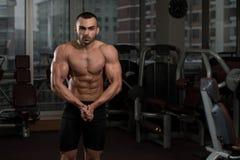 Uomo in palestra che mostra il suo corpo ben preparato Immagini Stock