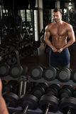 Uomo in palestra che mostra il suo corpo ben preparato Fotografie Stock Libere da Diritti
