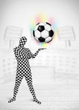 Uomo in pallone da calcio pieno del holdig del vestito del corpo Fotografie Stock Libere da Diritti