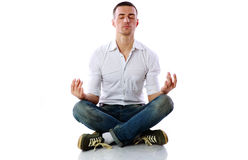 Uomo in panno casuale che si siede nella posizione di loto Fotografie Stock