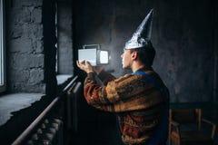 Uomo paranoico in cappuccio della stagnola, protezione di mente, UFO Immagine Stock Libera da Diritti