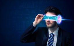 Uomo a partire da futuro con i vetri alta tecnologia dello smartphone Immagini Stock Libere da Diritti