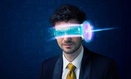 Uomo a partire da futuro con i vetri alta tecnologia dello smartphone Immagine Stock Libera da Diritti